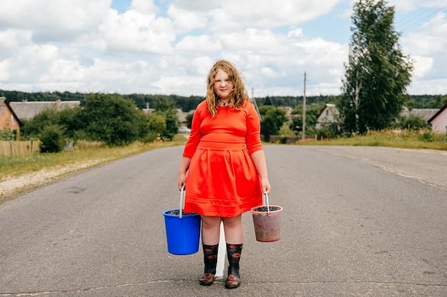 Jovem mulher posando na estrada rural