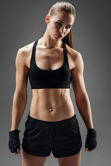 Jovem mulher posando no sportswear