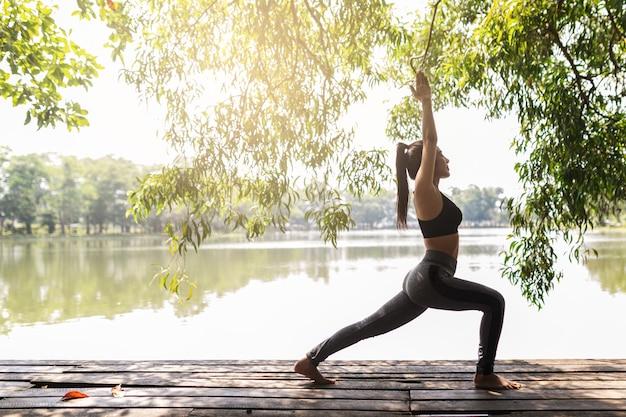 Jovem mulher praticando ioga na natureza. felicidade feminina