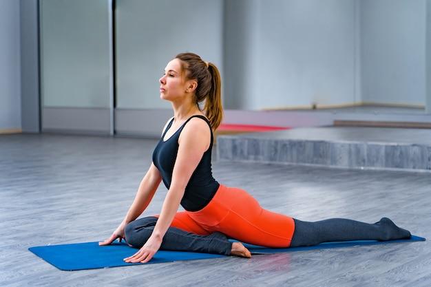 Jovem mulher praticando ioga.