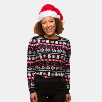 Jovem, mulher preta, em, um, trendy, natal, suéter, com, impressão, alegre, com, um, grande sorriso