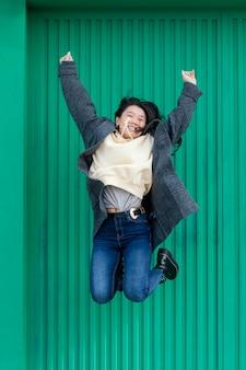 Jovem mulher pulando ao ar livre