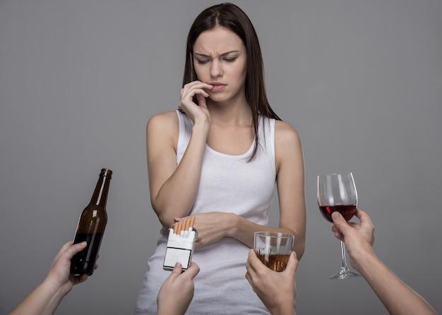 Jovem mulher que se recusa a álcool e tabaco.