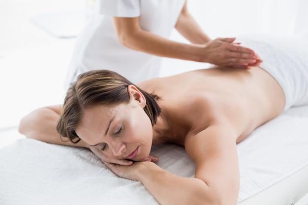 Jovem mulher recebendo massagem nas costas