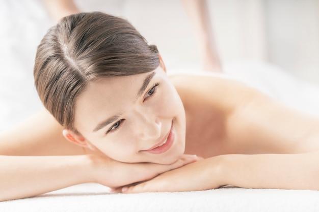 Jovem mulher recebendo uma massagem em um salão de beleza