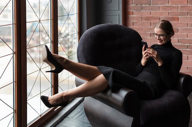 Jovem mulher relaxando no sofá