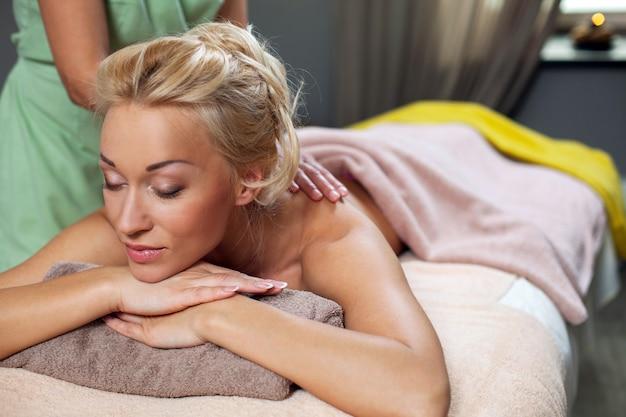 Jovem mulher relaxar no spa de luxo