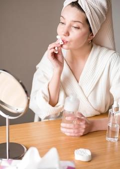 Jovem mulher remover maquiagem