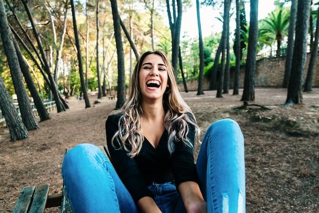 Jovem mulher rindo no parque