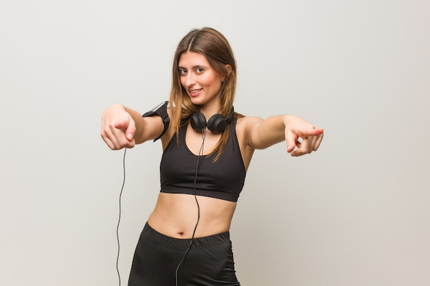 Jovem mulher russa fitness alegre e sorridente