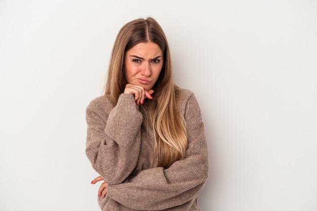 Jovem mulher russa isolada no fundo branco dando um soco, raiva, lutando devido a uma discussão, boxe.