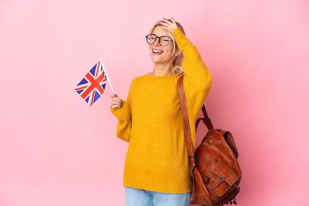Jovem mulher russa segurando uma bandeira do reino unido