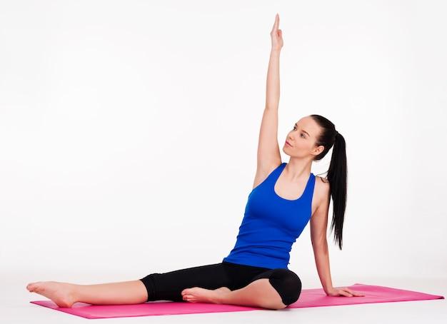 Jovem mulher se exercitando
