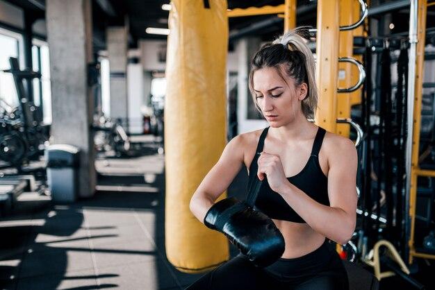 Jovem mulher se preparando para o treinamento.