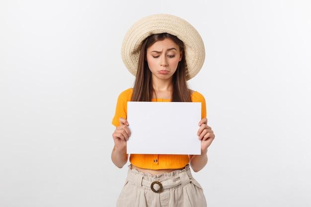 Jovem mulher segurando a folha de papel em branco