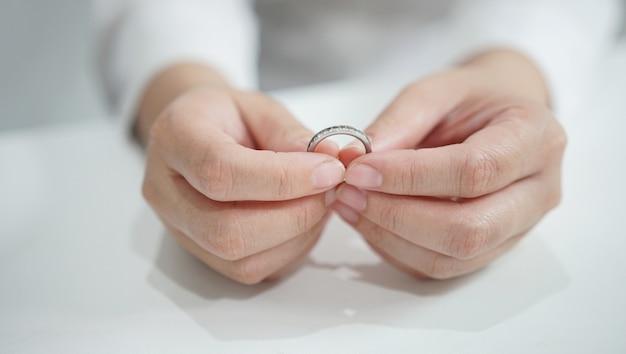 Jovem mulher segurando alianças de casamento