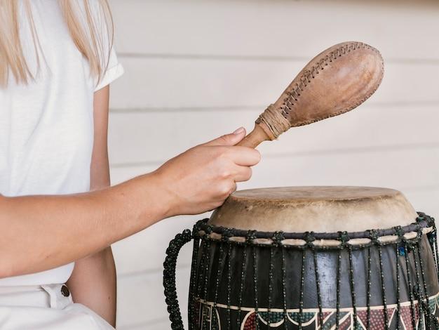 Jovem mulher segurando instrumentos de percussão