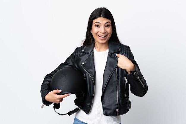 Jovem mulher segurando o capacete do motor sobre fundo isolado