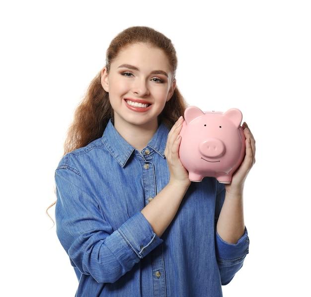 Jovem mulher segurando o cofrinho. conceito de economia de dinheiro