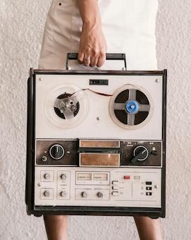 Jovem mulher segurando o toca-discos vintage