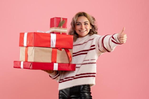 Jovem mulher segurando os presentes de natal