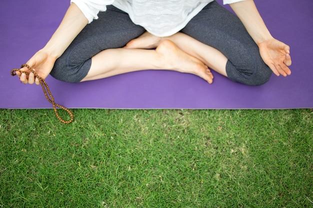 Jovem, mulher, segurando, rosário, contas, meditando