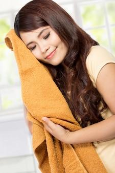 Jovem mulher segurando roupas limpas