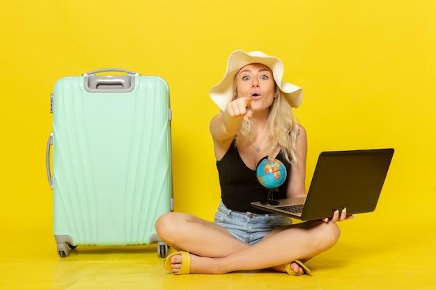 Jovem mulher segurando seu laptop de frente
