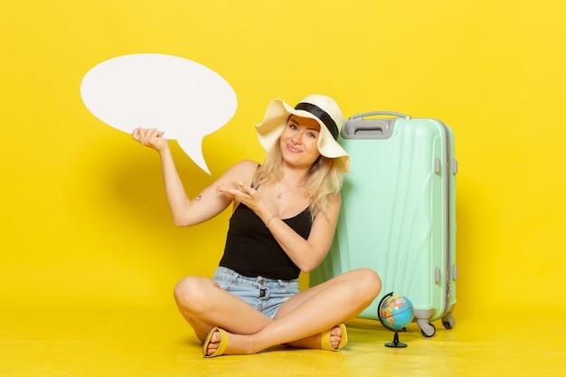 Jovem mulher segurando um balão de fala branco de frente