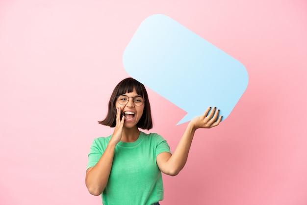 Jovem mulher segurando um balão de fala vazio e gritando