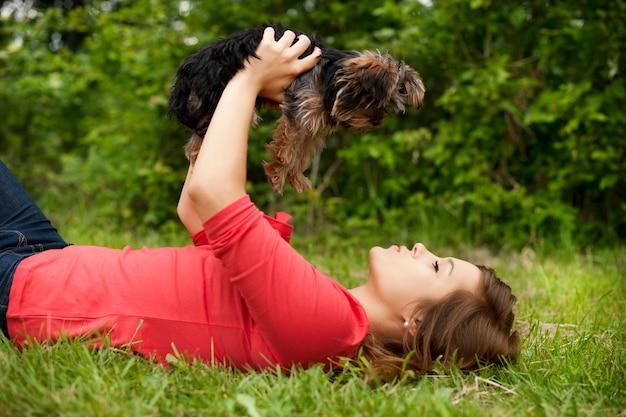 Jovem mulher segurando um cachorrinho fofo