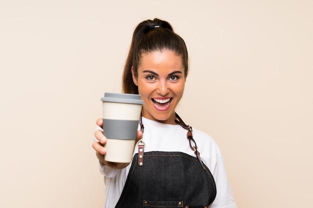 Jovem mulher segurando um café para viagem