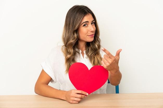 Jovem mulher segurando um coração de dia dos namorados, expressando emoções isoladas