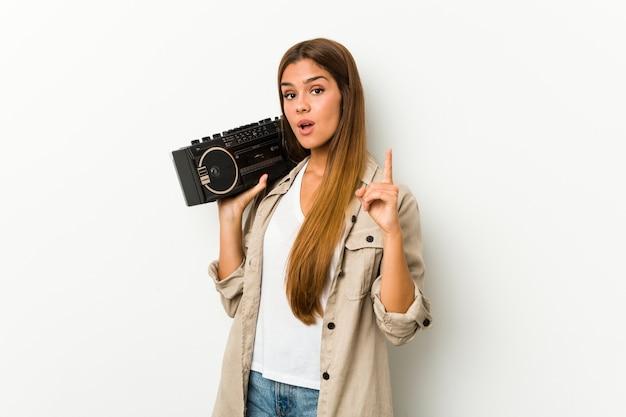 Jovem mulher segurando um dinamitador guetto tendo uma ideia