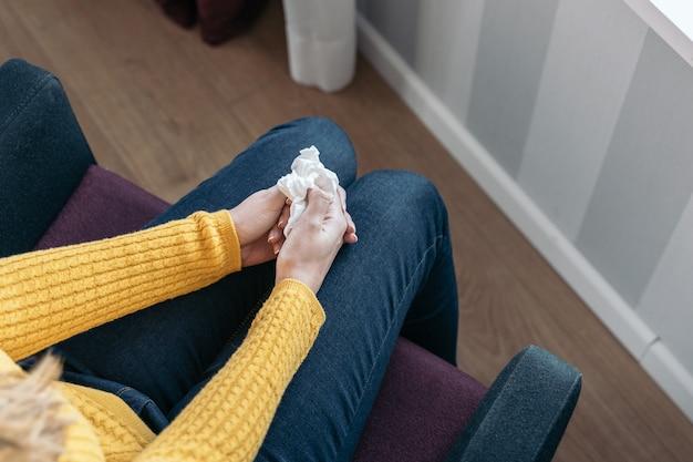 Jovem mulher segurando um lenço usado para secar as lágrimas conceito de violência e maus-tratos a mulheres,