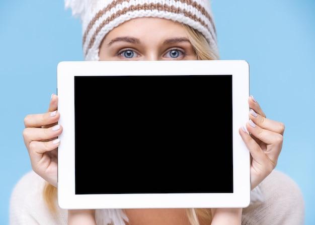 Jovem mulher segurando um tablet com maquete