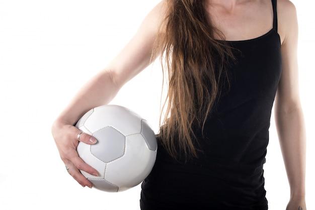 Jovem mulher segurando uma bola de futebol