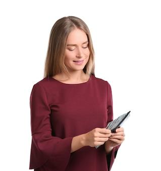 Jovem mulher segurando uma carteira com dinheiro