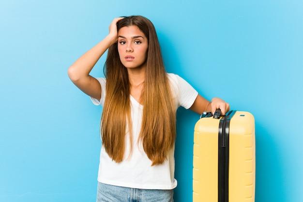 Jovem mulher segurando uma mala de viagem estar chocada, ela se lembrou de importante reunião