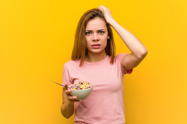 Jovem mulher segurando uma tigela de cereais sendo chocado