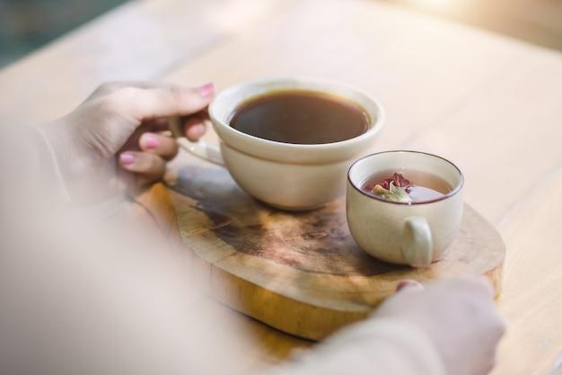 Jovem mulher segurando uma xícara de café quente
