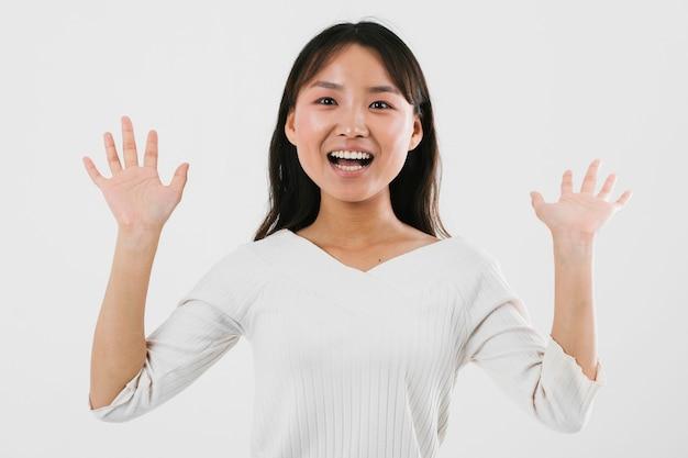 Jovem mulher sendo chocada com fundo branco