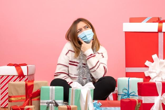 Jovem mulher sentada de frente para apresentar presentes