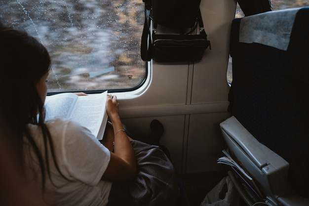 Jovem mulher sentada no ônibus da cidade