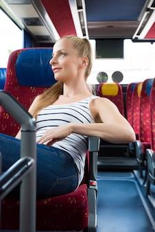 Jovem mulher sentada no ônibus