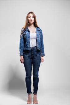 Jovem mulher sexy na jaqueta jeans, camisa branca