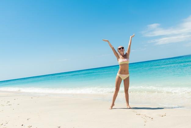Jovem, mulher sexy na praia