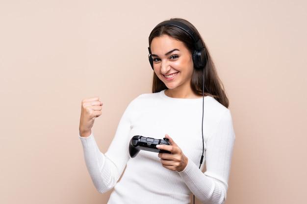 Jovem mulher sobre fundo isolado, jogando videogame