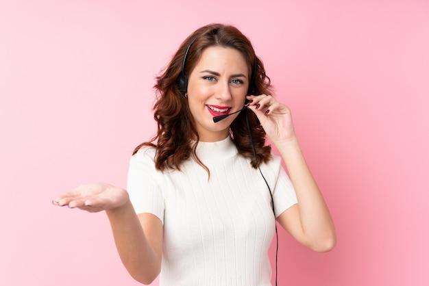 Jovem mulher sobre parede rosa isolada