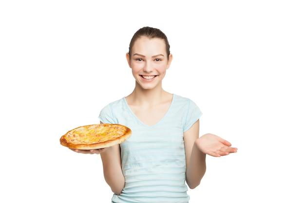 Jovem mulher sorridente com pizza, isolada no branco